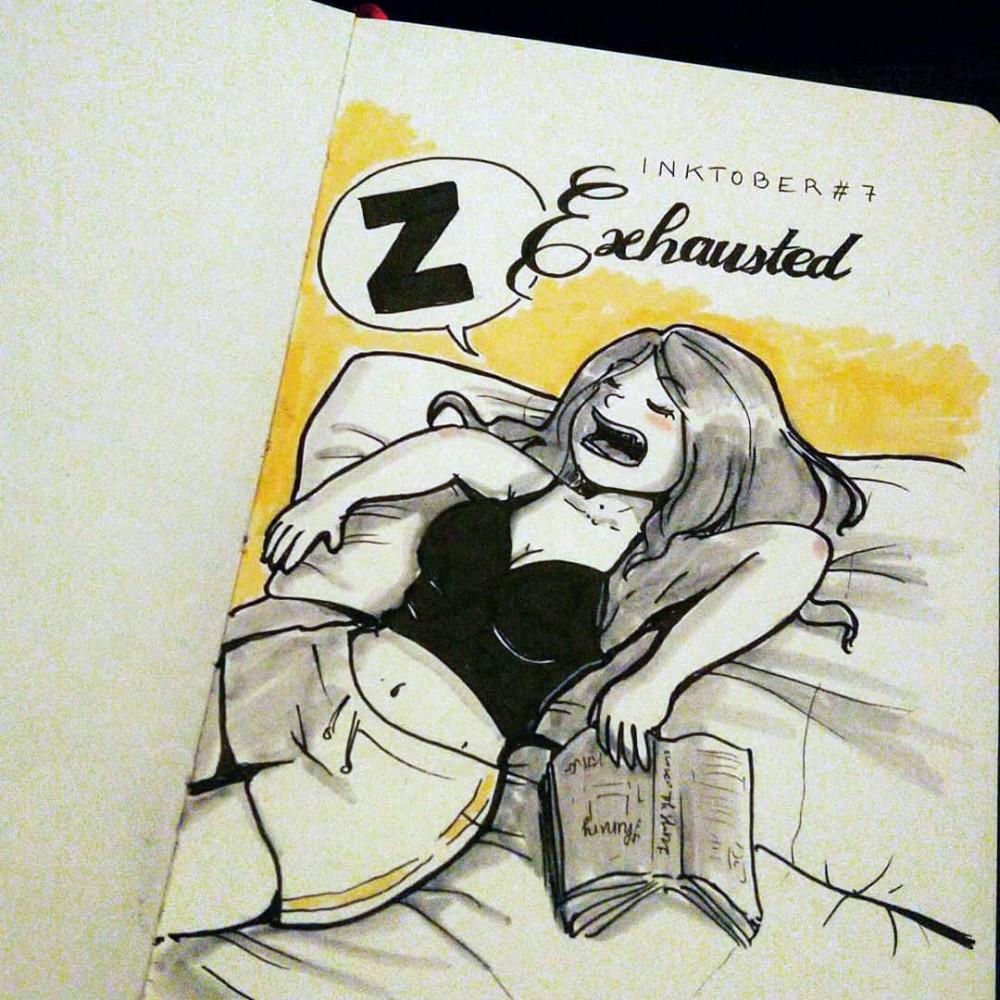 Une femme endormie de façon peu élégante sur son canapé avec un livre à la main