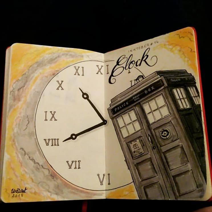 Un Tardis au premier plan, avec une énorme horloge dans le fond