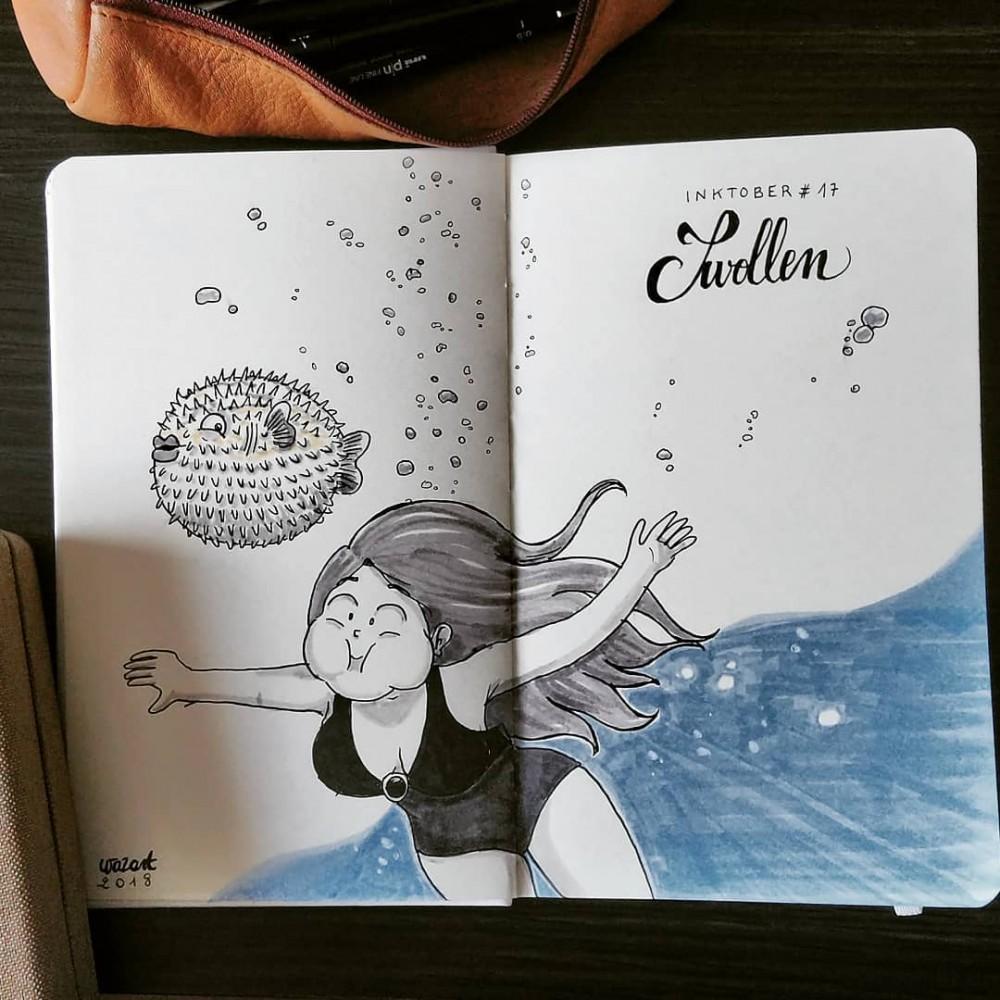 Une fille qui nage en gonflant les joues pour imiter un poisson lune juste à côté