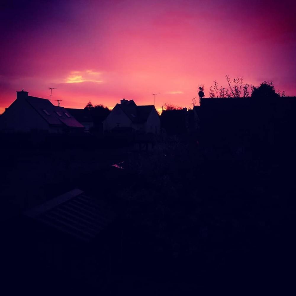 Lever de soleil sur mon quartier, le ciel est tout rose