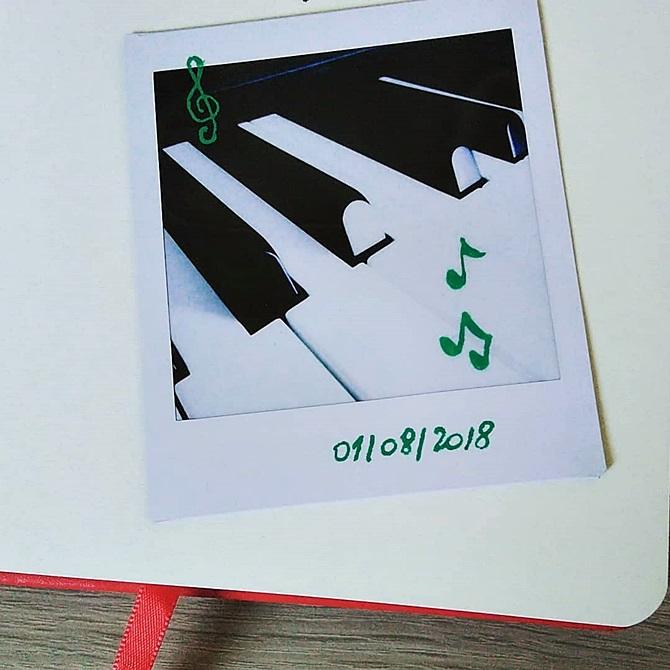 Photo instantanée des touches de mon piano, avec des notes de musique dessinées par dessus au Posca vert + la date du cliché