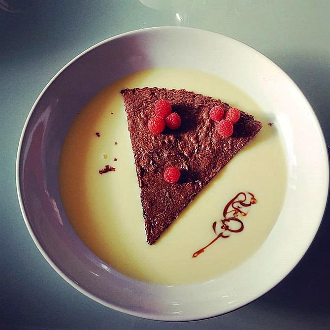 Part de fondant au chocolat maison baignant dans la crème anglaise + petit zigouigoui fait avec du chocolat et des framboises du jardin