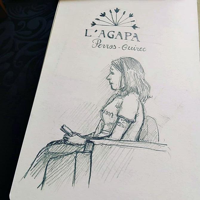 croquis d'une personne de chez Klaxoon et dessin au crayon du logo de l'Agapa