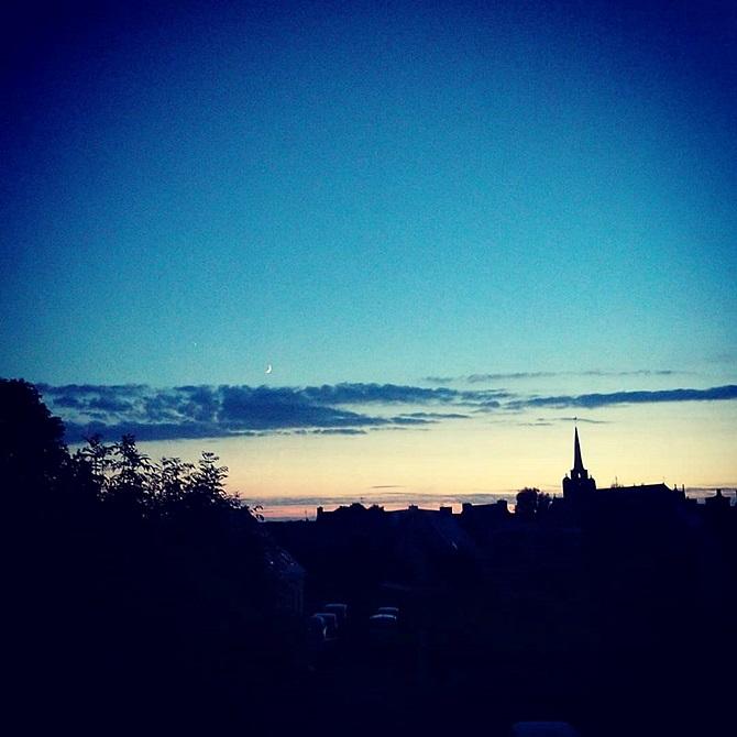 coucher de soleil sur la ville en clair-obscur